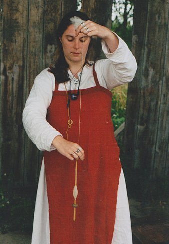 viking_woman_spinning_the_drop_spindle