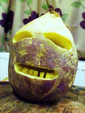 450px-Traditional_Cornish_Jack-o'-Lantern_made_from_a_turnip